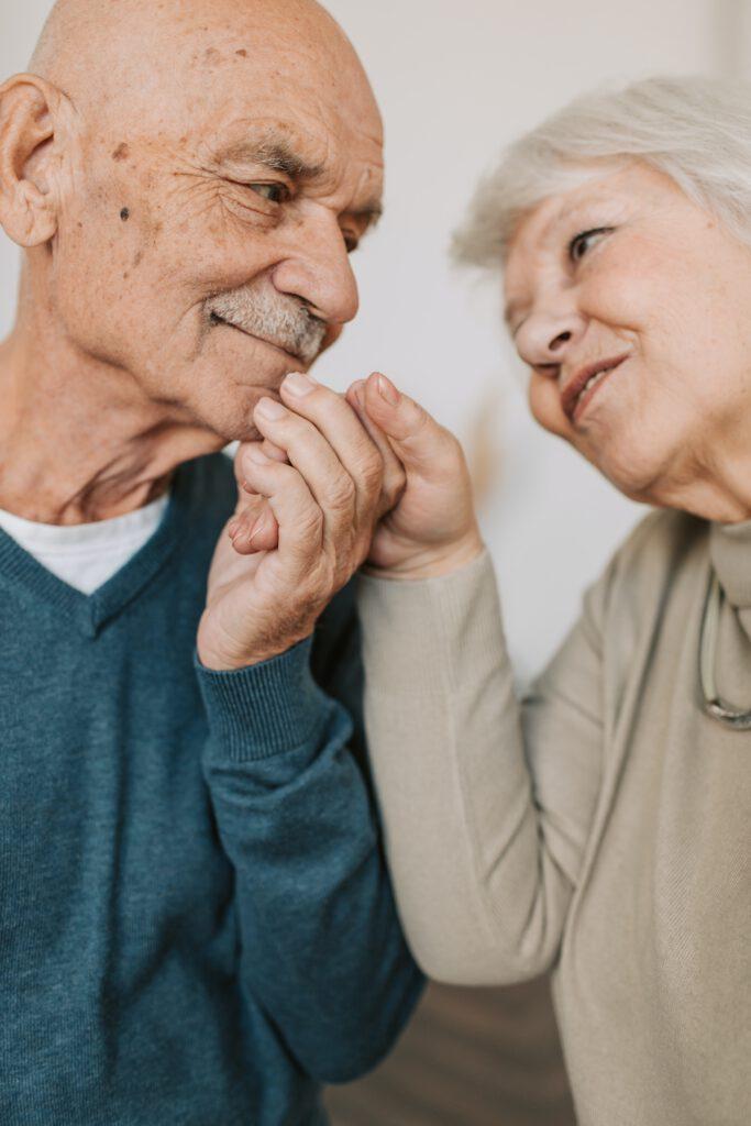 Älteres Paar halten sich die Hände
